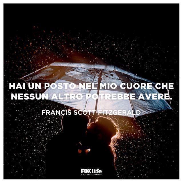 Coppia si bacia sotto un ombrello mentre piove