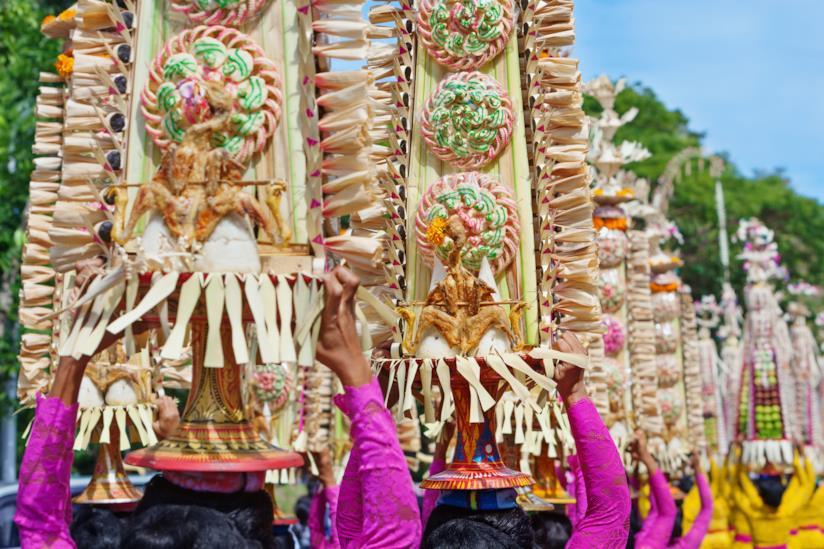 Donne Balinesi in costumi tradizionali con le offerte