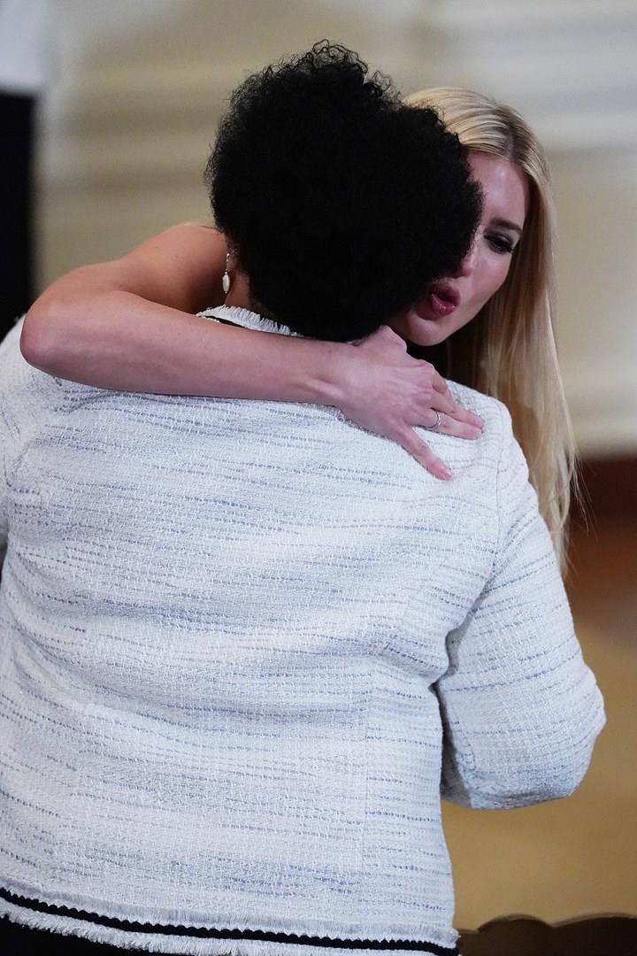 Alice Marie Johnson abbraccia la figlia di Trump