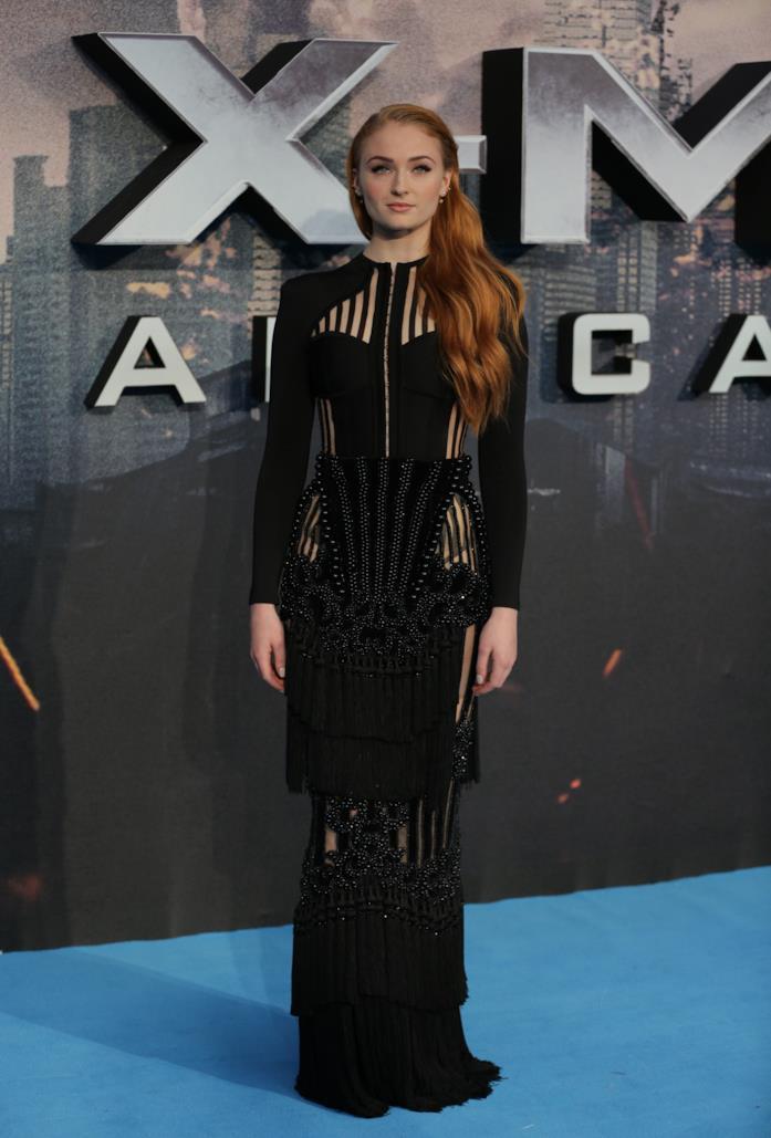 Sophie Turner indossa un look total black