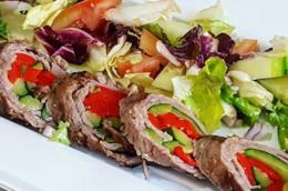 Rotolo di carne ripieno e insalata