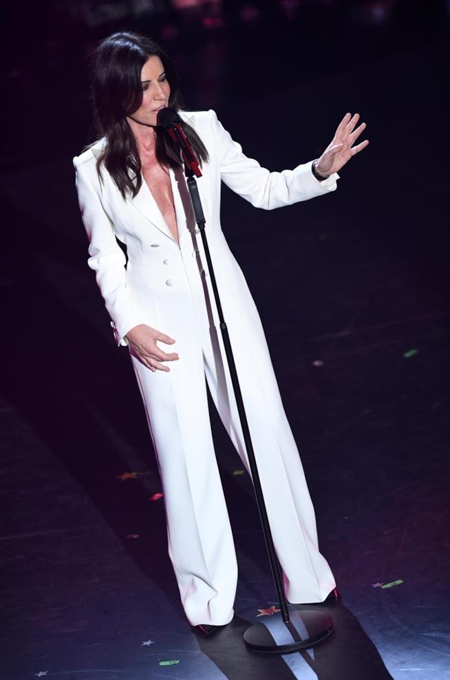 Paola Turci sfoggia una jumpsuit bianca