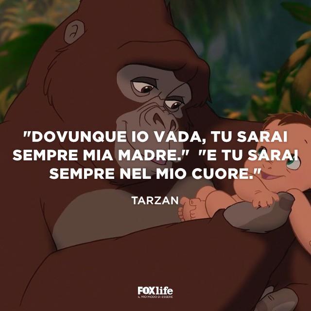 Tarzan in fasce in braccio a un gorilla