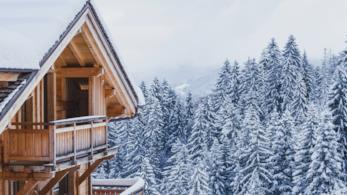 Esterno di una casa di montagna immersa in un paesaggio innevato