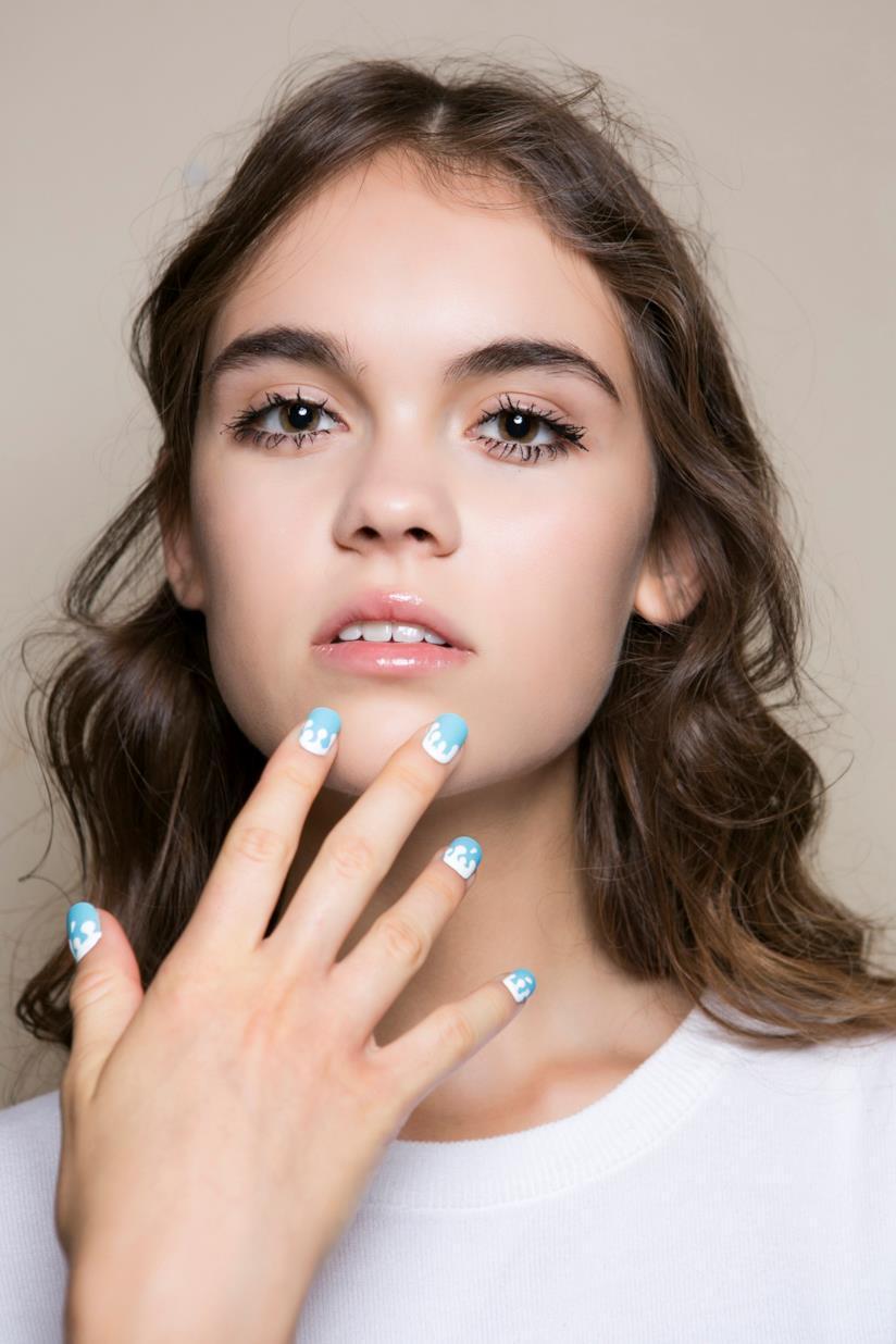 Nail art in gel blu e bianca