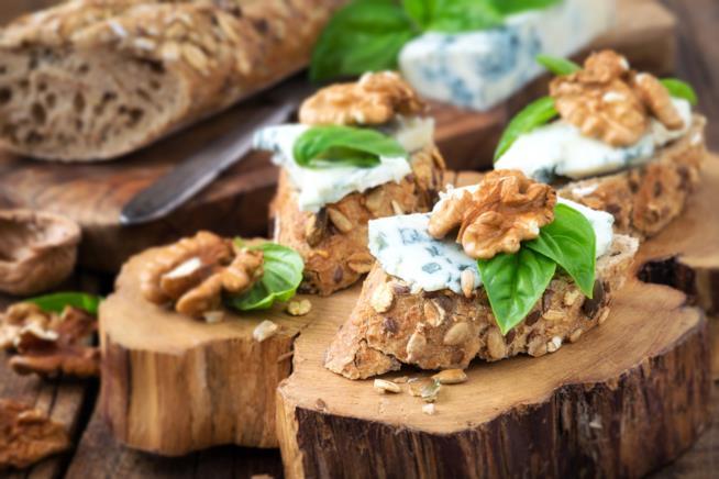 Primo piano di bruschette integrali con noci e gorgonzola