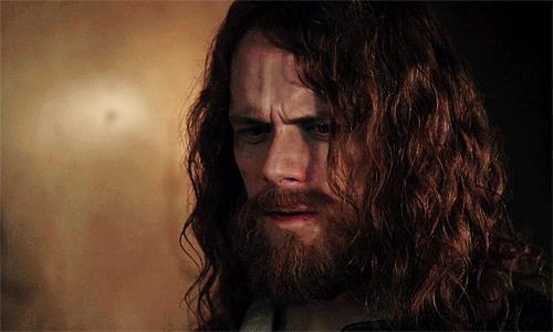 Jamie con barba incolta e capelli lunghi