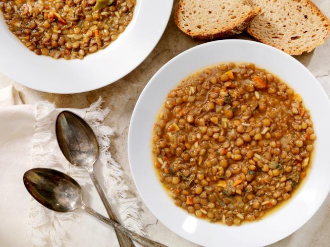Piatto di zuppa di lenticchie