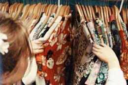Donna che sceglie i vestiti dall'armadio