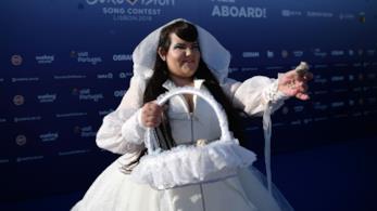 La cantante Netta, vestita di bianco, con in mano un cestino e lo sfondo blu dell'Eurovision