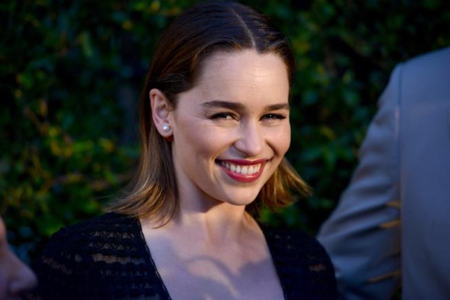 Un sorridente primo piano di Emilia Clarke