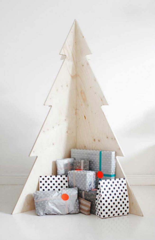 Albero di Natale realizzato con pezzi di compensato