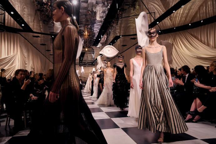 Schiera di trasparenze alla sfilata Dior