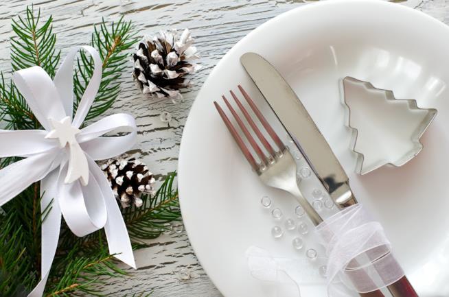 Piatto, posate e decorazioni per il pranzo di Natale