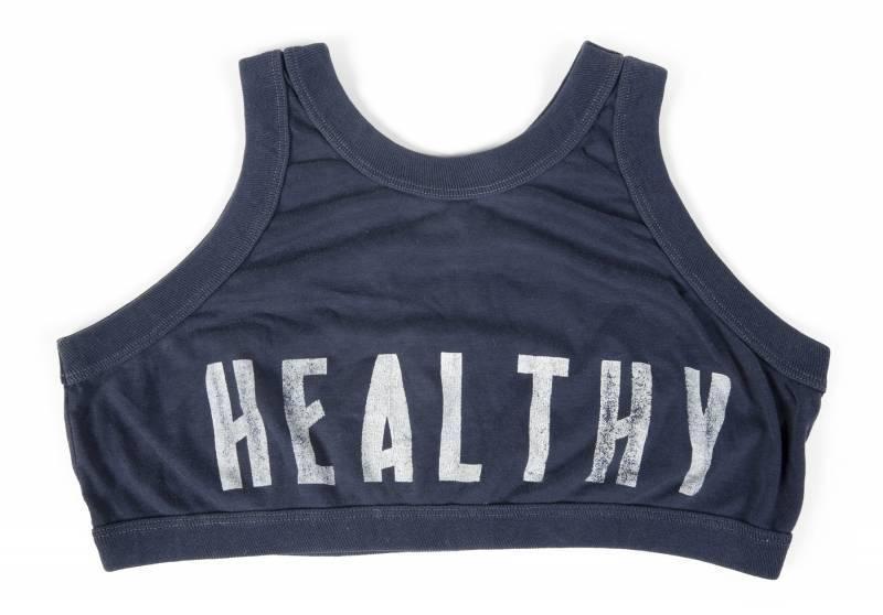 L'iconico top crop di Madonna con la scritta 'healthy'