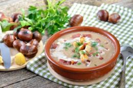 Primo piano di una zuppa di fagioli bianchi, castagne e funghi porcini