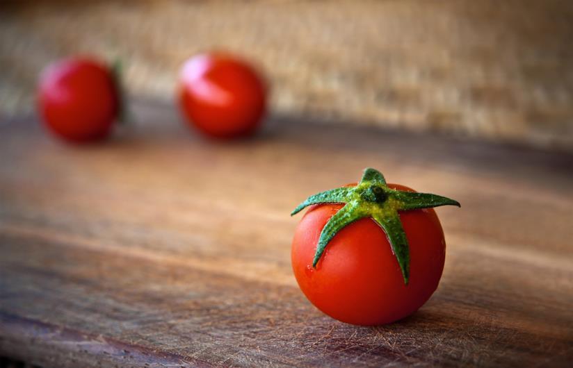dei pomodori rossi su un tavolo