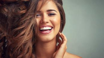 Ragazza sorridente con pelle perfetta