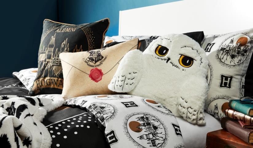 Un letto con coperte e cuscini a tema Harry Potter dalla collezione di Primark
