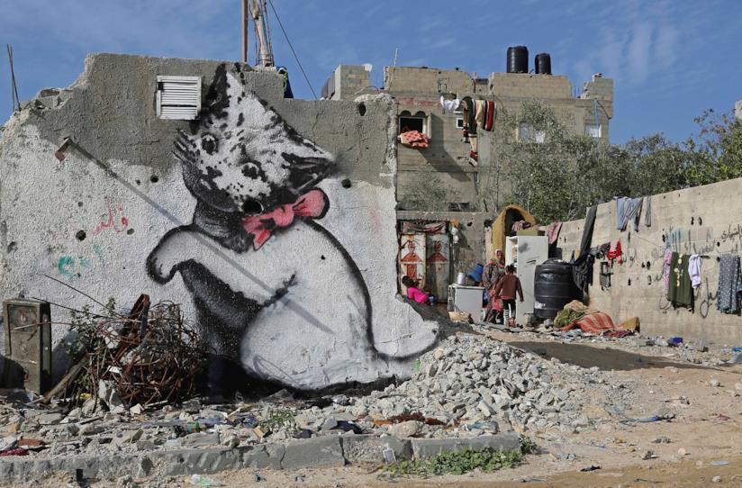La parete di una casa distrutta con un gattino di Banksy