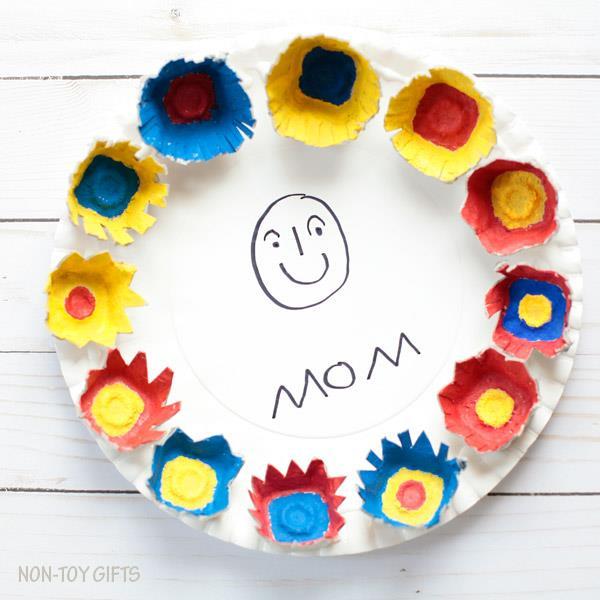 Piatto di carta con disegno e decorazioni floreali