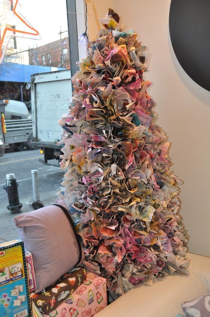 Albero di Natale creato con diversi quotidiani