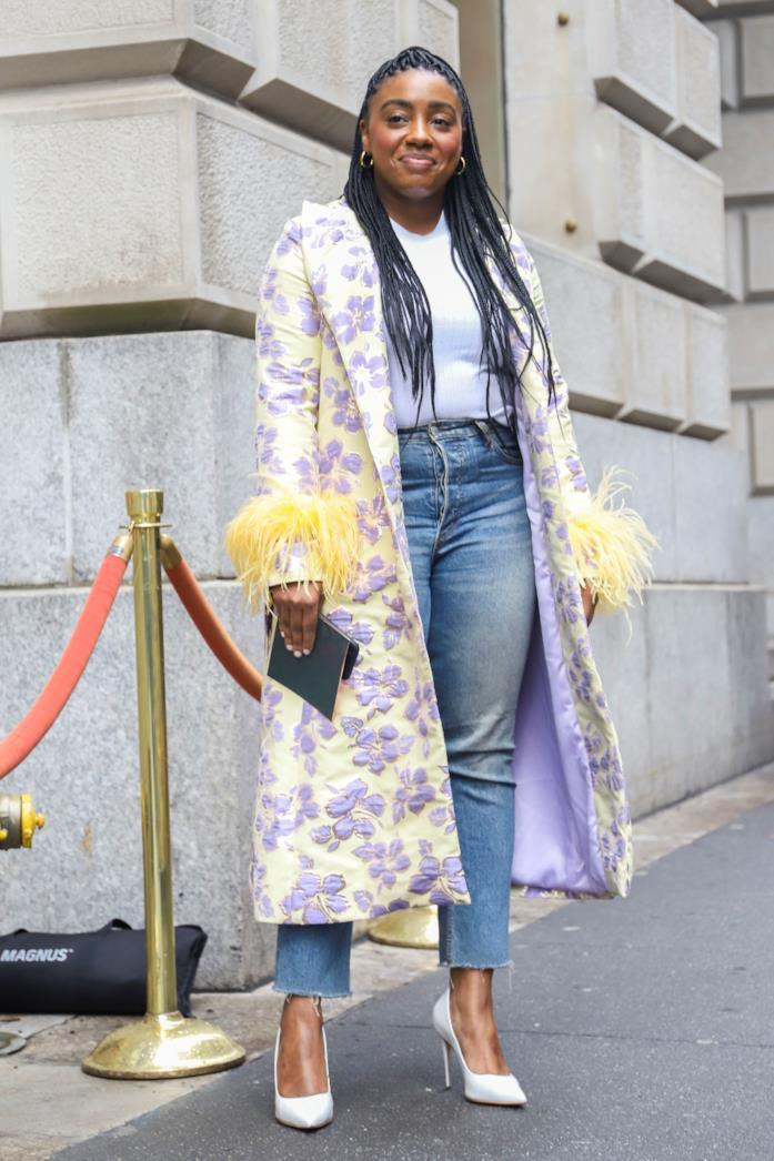 Cappottino stampato, jeans e pumps bianche
