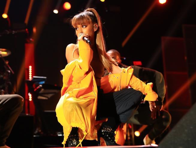 Ariana Grande durante un'esibizione