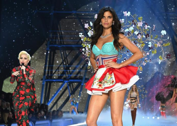 Sara Sampaio in passerella per Victoria's Secret