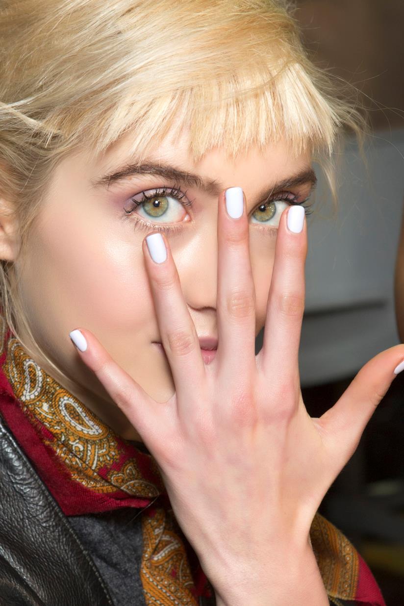 Nail art semplice con trucco leggero