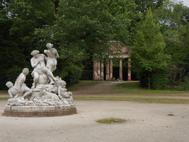 Una statua e un tempio