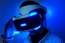 PlayStation VR indossato da uno sviluppatore