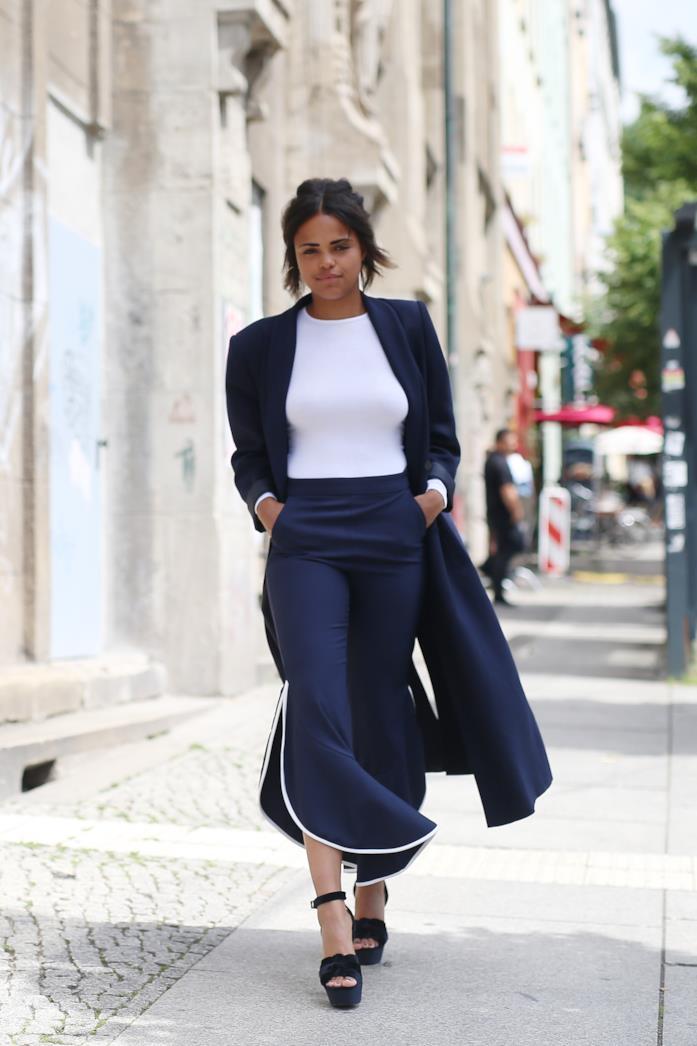 Giacca blu, pantaloni a gamba larga e zeppe