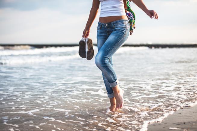 Ragazza passeggia in riva al mare