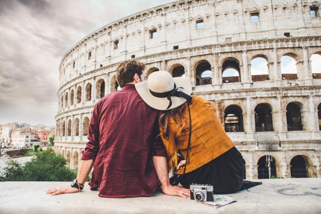 Coppia seduta di fronte al Colosseo