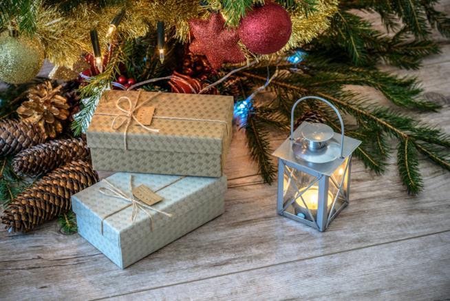 Pacchetti di Natale sotto l'albero