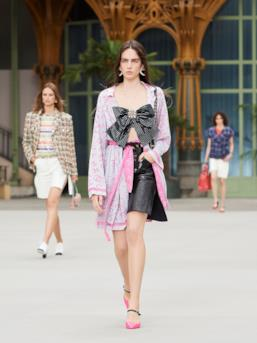 Sfilata CHANEL Collezione Donna Primavera Estate 2020 Parigi - CHANEL Resort PO RS20 0034