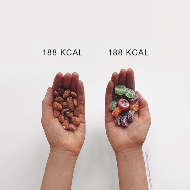 Una manciata di mandorle e una di caramelle con  le rispettive calorie