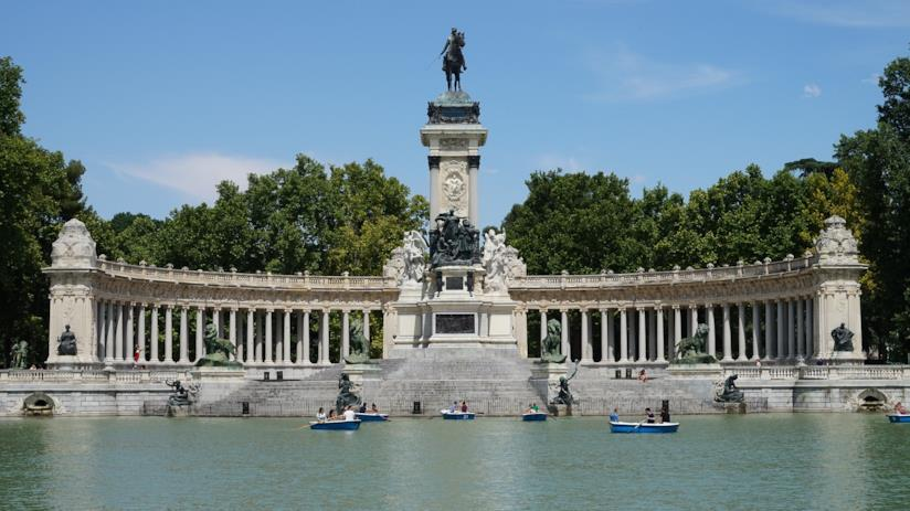 Il monumento ad Alfonso XII e il lago antistante