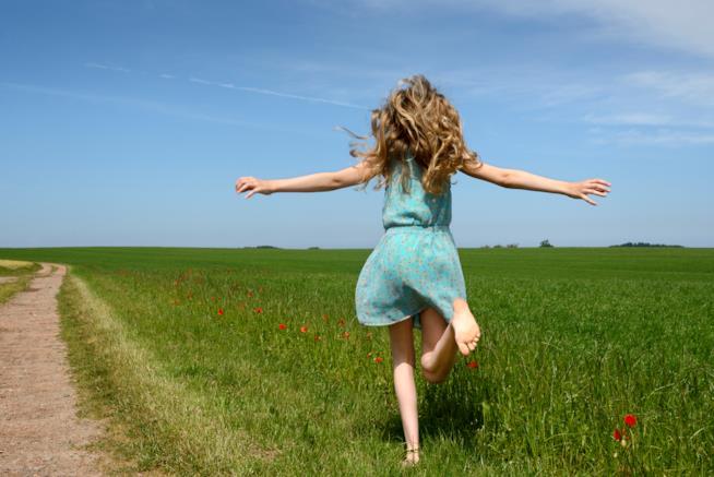 Camminare a piedi scalzi rende i bambini felici