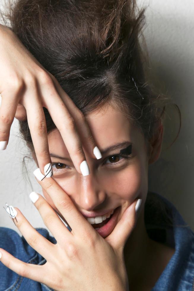 Nail art con unghie bianche e disegni semplici