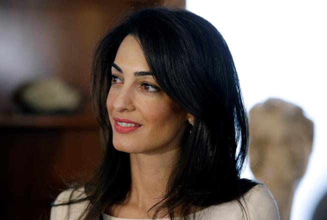 Amal Clooney in primo piano