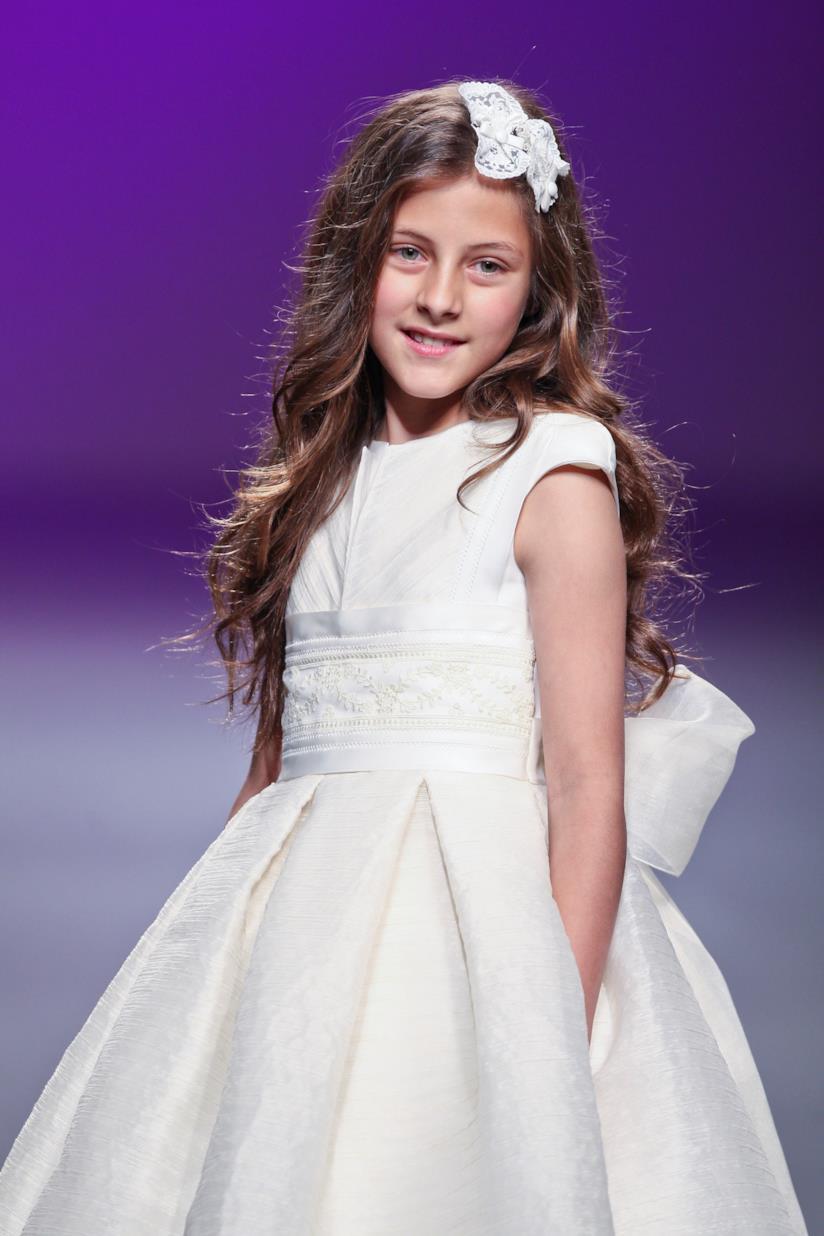 Bambina con capelli lunghi e fiocco
