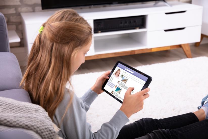 Una bambina guarda il tablet