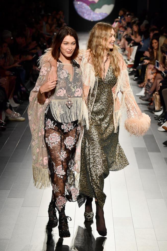 Gigi Hadid e Bella Hadid in passerella per Anna Sui