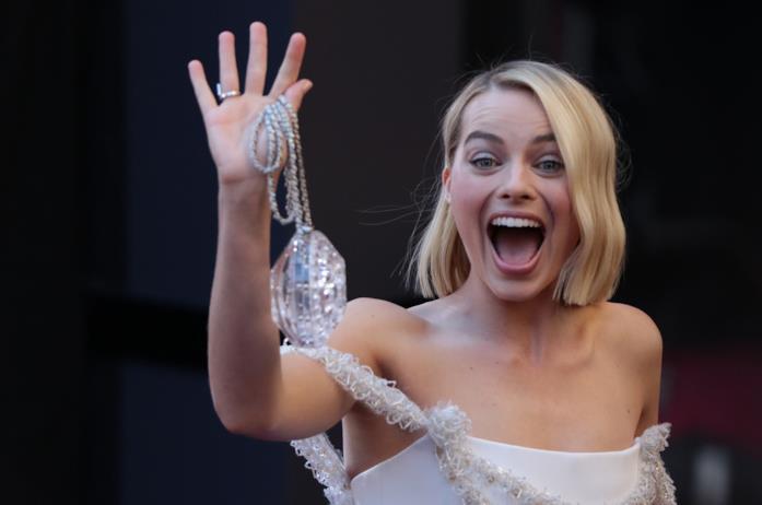Margot Robbie agli Oscar tiene in mano la clutch