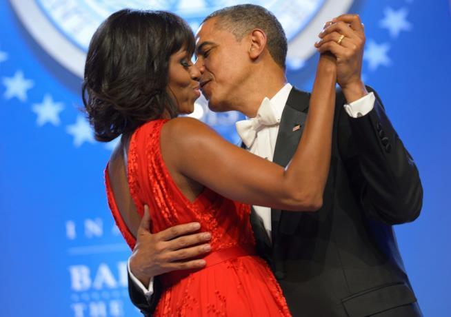 Barack Obama e Michelle in procinto di baciarsi durante un evento