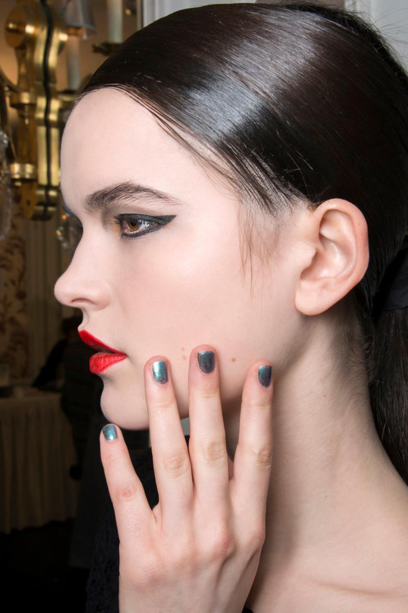 Manicure con unghie argento