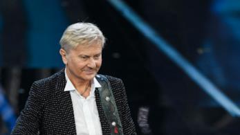 Il cantante Ron si esibisce a Sanremo