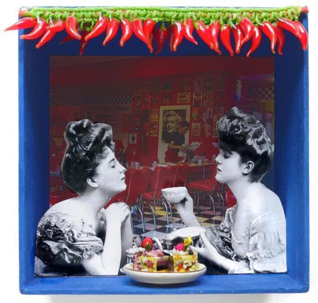 Fotografia in bianco e nero di due donne, con dolci a colori e sfondo rosso di un bar